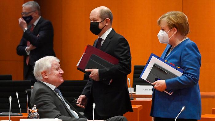 Bundeskanzlerin Angela Merkel begleitet Finanzminister Olaf Scholz und Innenminister Horst Seehofer vor einer Kabinettssitzung am 6. Januar 2021 im Bundeskanzleramt in Berlin.